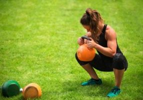 female-athlete-with-kettlebells-PDSL4R3 (1)