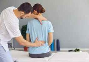 professional-osteopath-or-chiropractor-fixing-woman-patients-back-muscles-during-rehabilitation_t20_P0Ozop